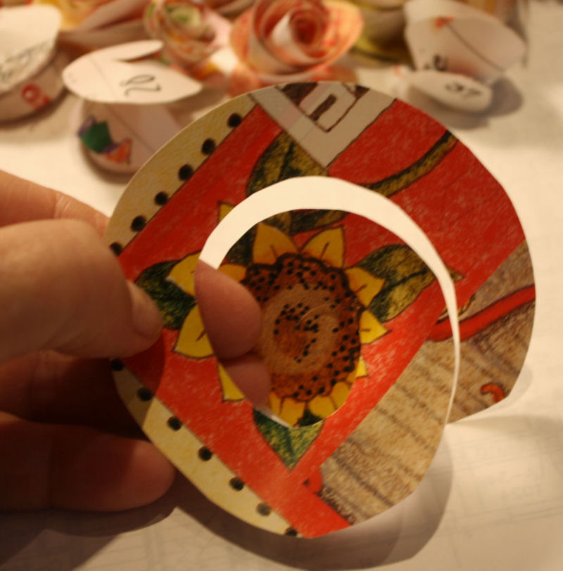 DIY paper roses - cutting the spiral